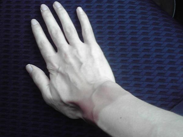 手首だけ日焼けした手2