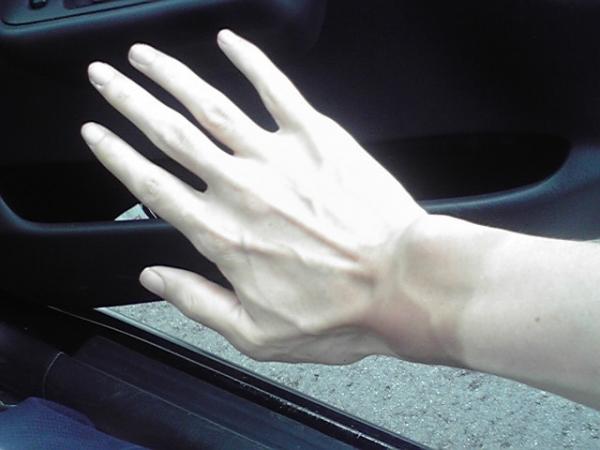 手首だけ日焼けした手1