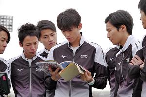 陸王雑誌を読む茂木と仲間たち2