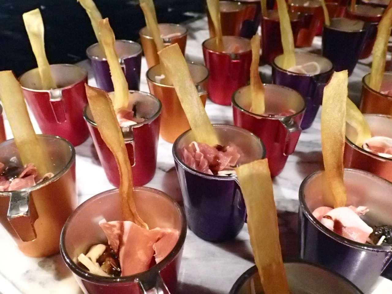 生ハムと平茸、木耳のハーブマリネサツマイモチップ添え