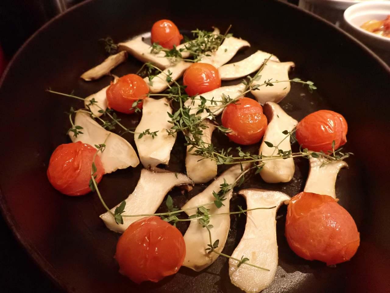 エリンギとトマトのガーリックトースト