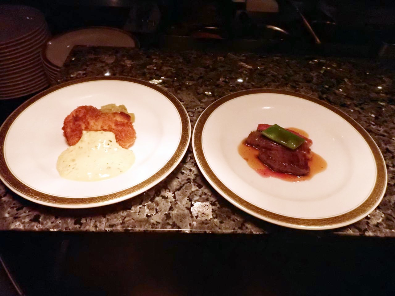 ブラックアンガス牛ステーキ、サーモンシュニッツエル自家製タルタルソース
