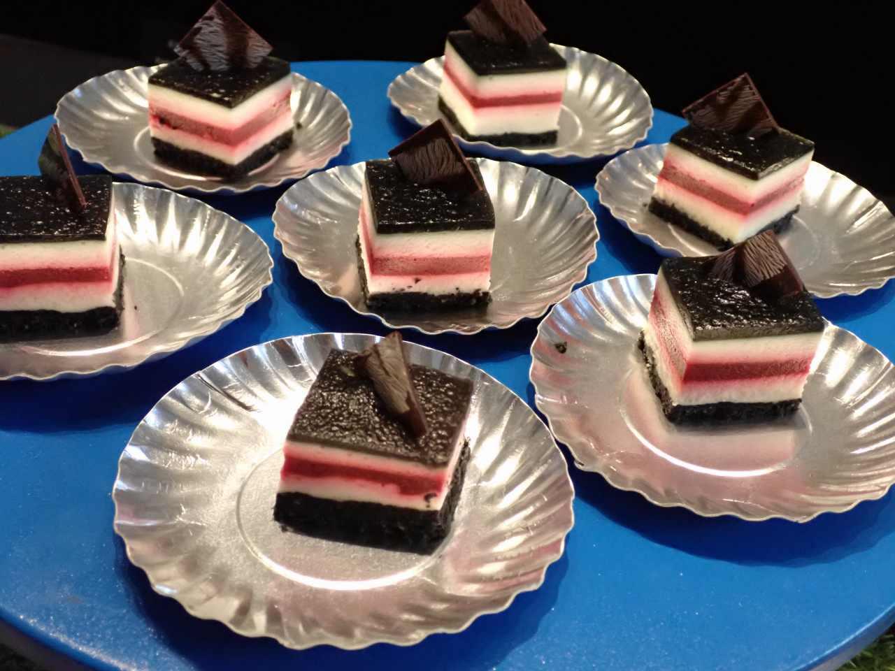 赤と黒のストライプのチーズケーキ