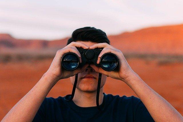 binoculars-1209011_640.jpg