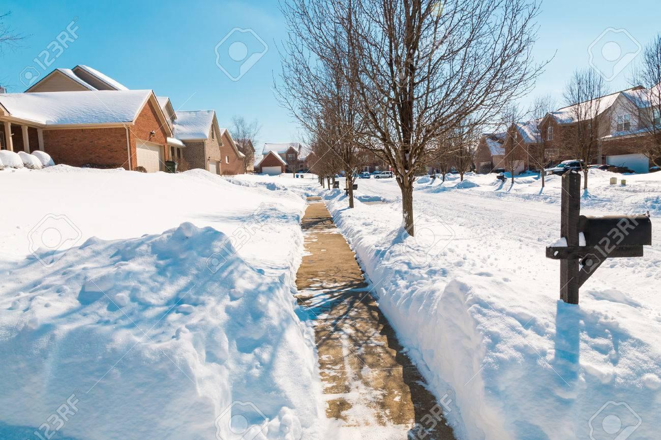 54515225-アメリカの郊外、冬景色の雪に覆われた通り。