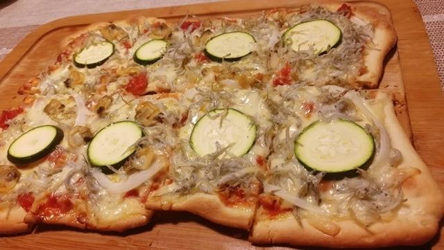 ズッキーニとじゃこのピザ