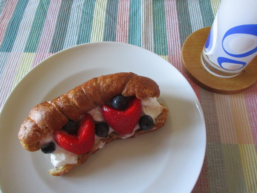 croissant_con_7cereali_e_crema_con_gelato_fior_di_latte_fragole_mirtilli4_210512