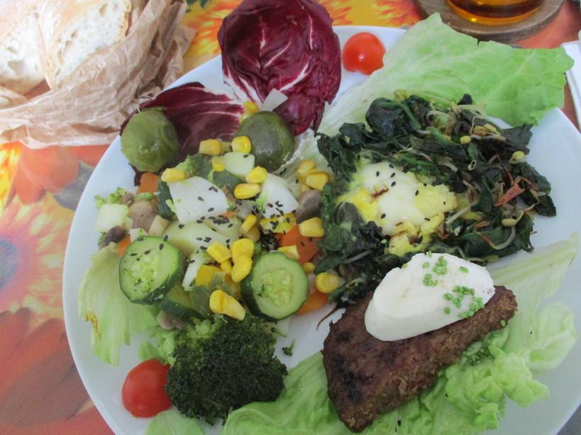 Hamburger_di_chianina_sugomoritamago_con_mozzarella_spinac6_i210208