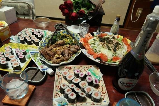 ステーキとほうれん草ソテー、ツナサラダ、巻き寿司、マルティニワイン