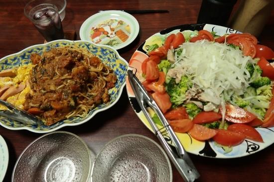 トマト煮込みと魚肉ソーセージ入りスクランブルエッグ、さば缶のサラダ