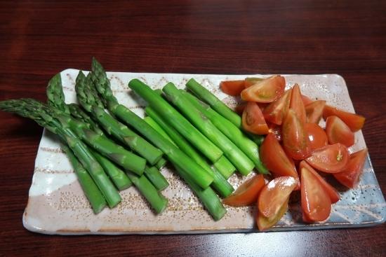 茹でアスパラガスとトマト