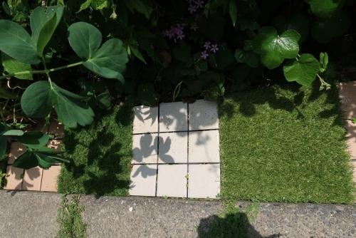 タイルと人工芝