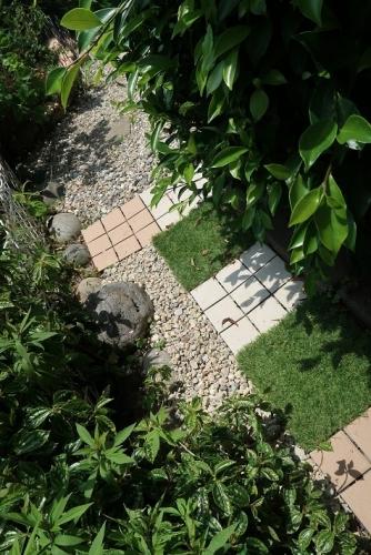 砂利とタイルと人工芝