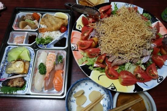 お寿司弁当、皿うどんサラダ