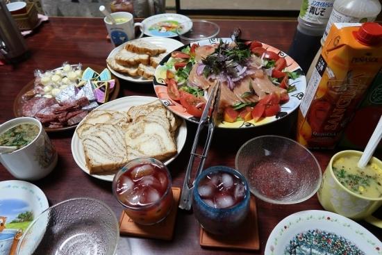 美味しいパン、とりの生ハムサラダ、スープ、サラミ&チーズ