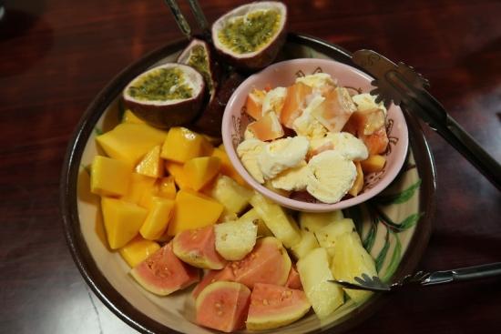南島焼の器に盛った南国フルーツ