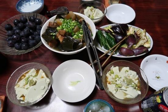 白と黒と茶色と緑の食卓