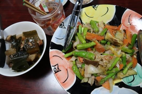 豚トロと白ゴーヤ、ししとう等の野菜炒め