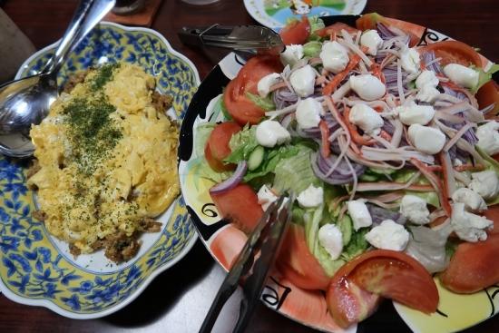 オムライスとモッツアレラチーズサラダ