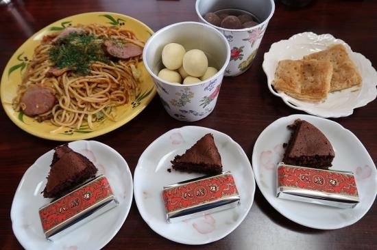 チョコケーキとマルセイバターサンド、ストロベリーチョコとパスタ