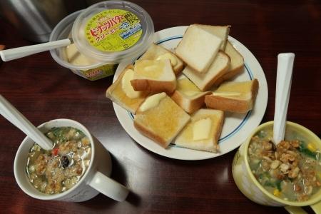 ピーナッツバタートーストとスープ