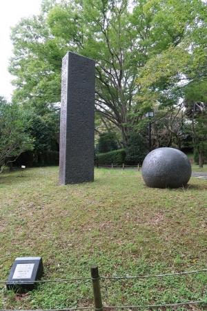 四角柱と丸い石