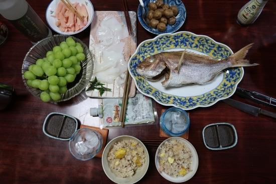 鯛の塩焼き、栗ご飯、コウイカいかそうめん、ぶどう、岩下の新生姜