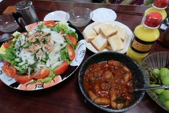 ソーセージトマト煮、ツナサラダ、パン、バターソース、シャインマスカット
