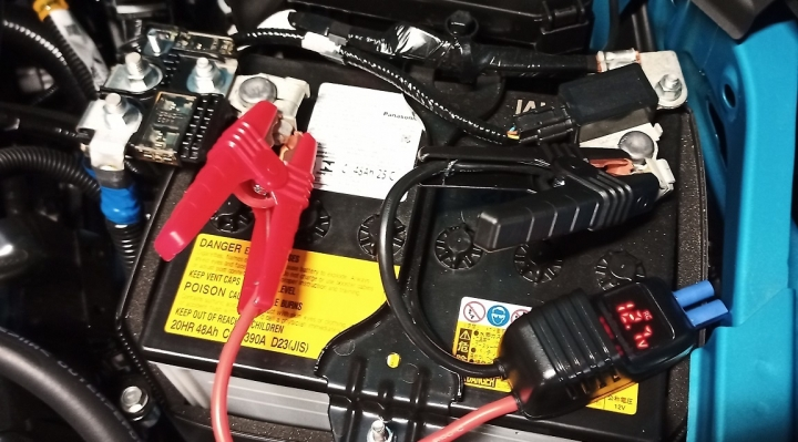 車のバッテリー、電圧測定