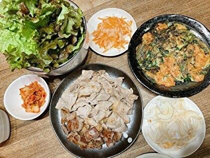 豚肉を葉っぱに包んで食べるご飯