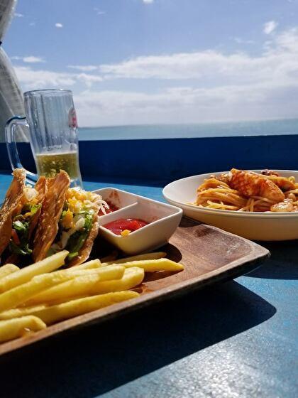 海を見ながらの食事は最高!