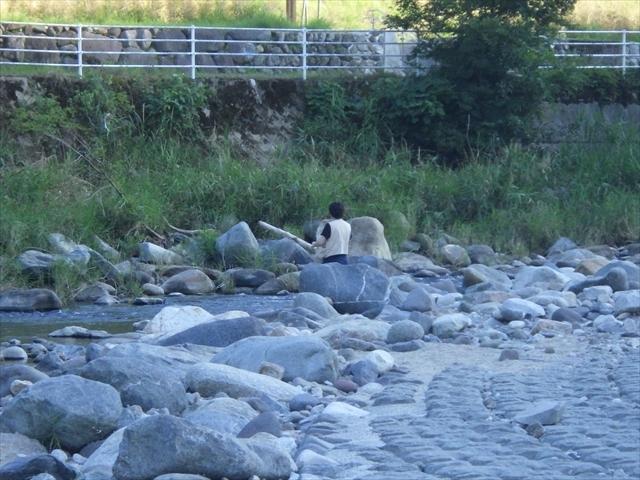 祓川で釣りをするカミさん