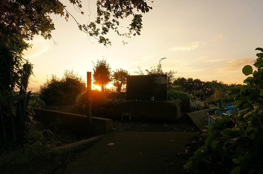 06 ごはん塚越しの夕陽