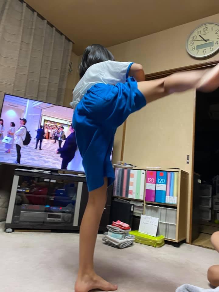 210214モミ子の後ろ回し蹴りかマサカリ投法 (1)
