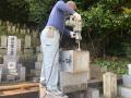 処分用の石割り作業