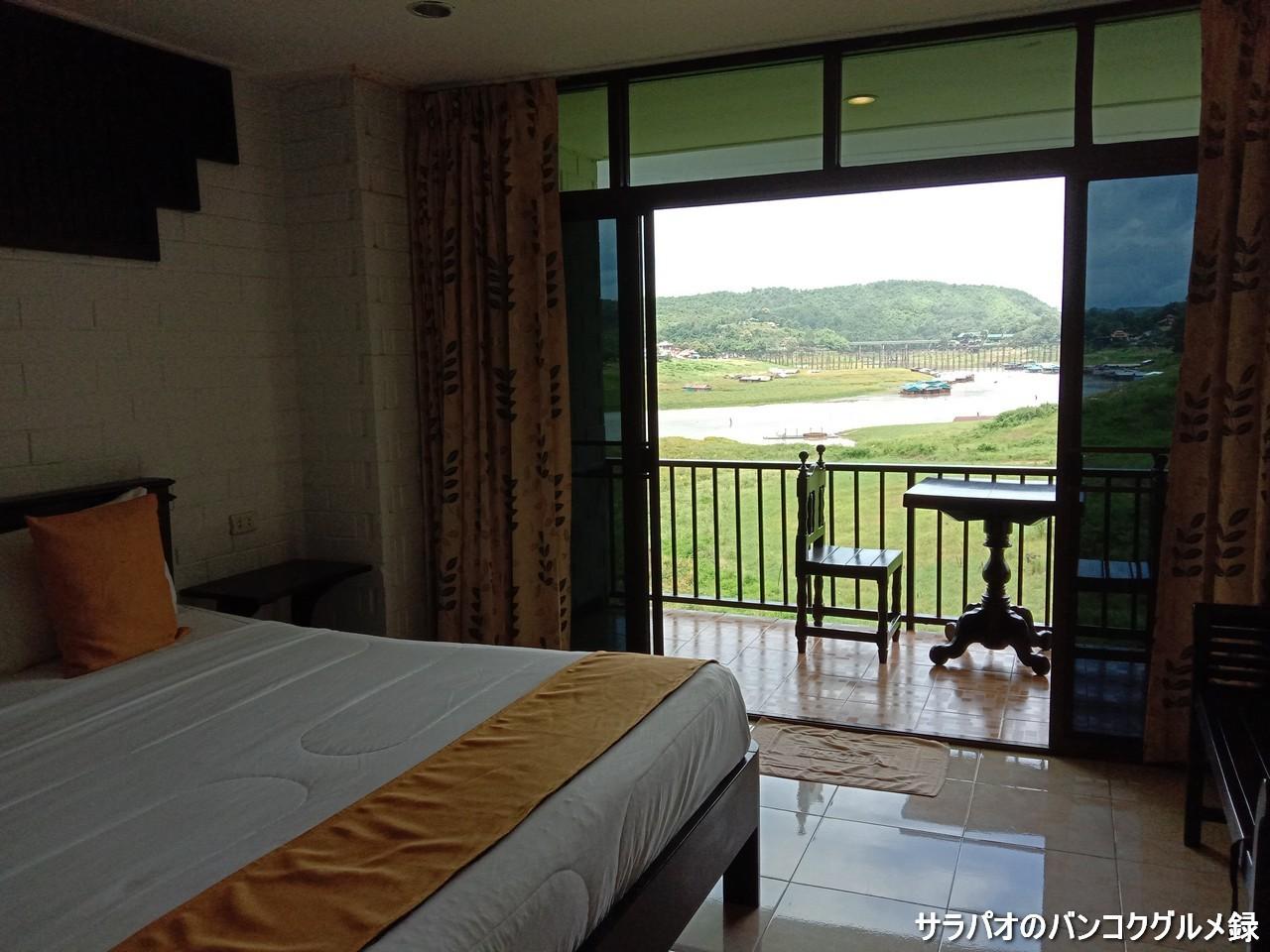 ポーンパイリン・リバーサイド・リゾートはモン橋が見えるホテル in カンチャナブリ