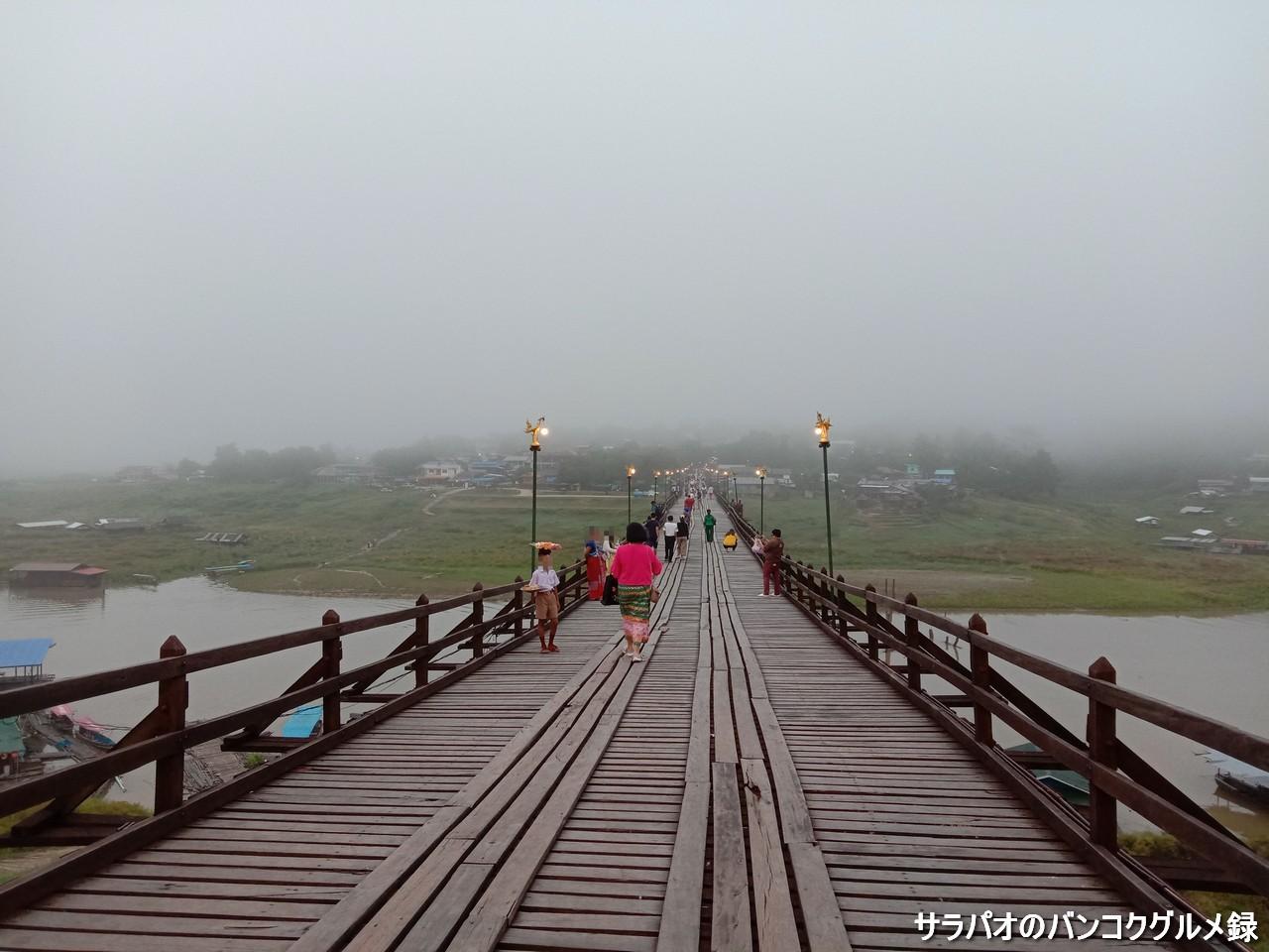 モン橋は世界で二番目に長い木造橋 in カンチャナブリ