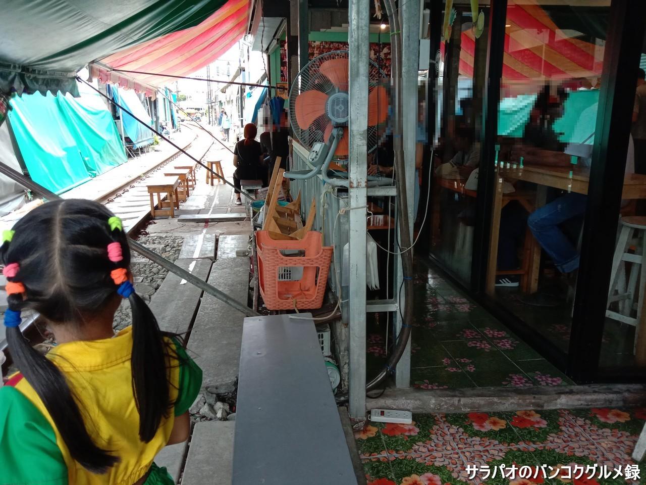 Punjung Cafeは通過する電車を席に座ったまま見れるカフェ in メークロン市場