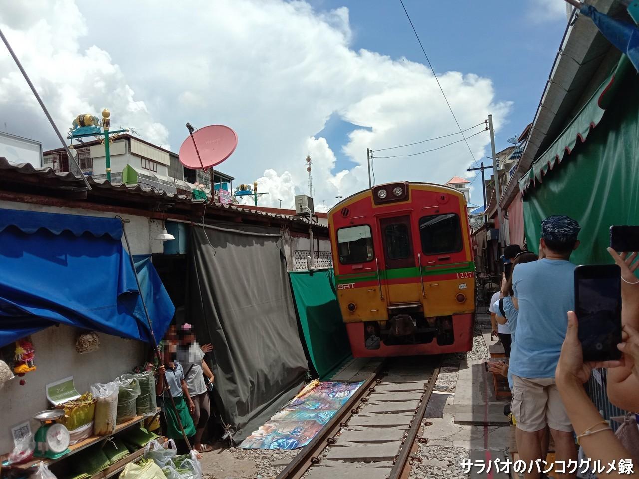 電車に乗りメークロン市場を通過 in サムットソンクラーム県