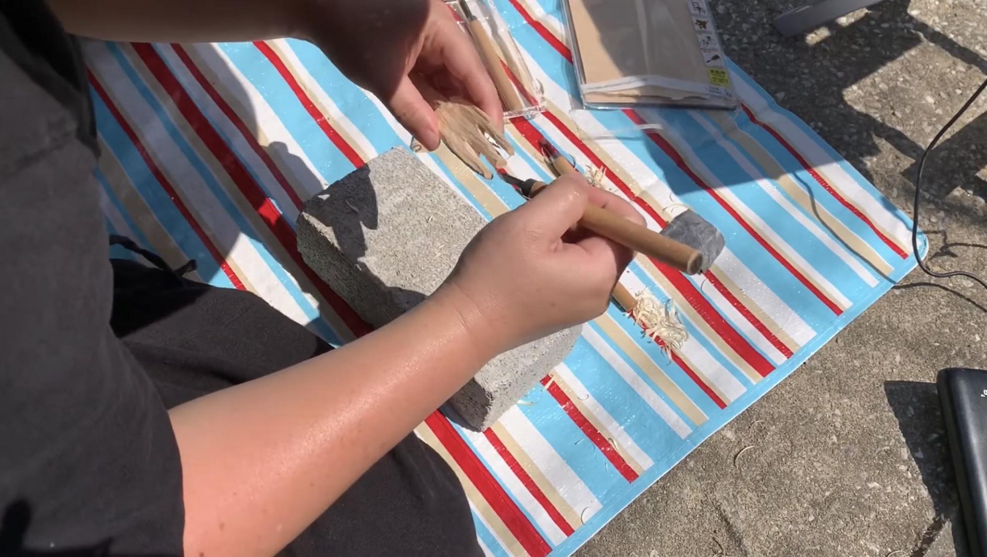 彫刻刀で先端を削ってみよう