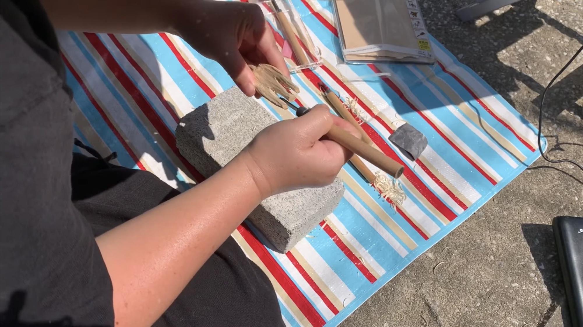 彫刻刀で先端を削る平刀