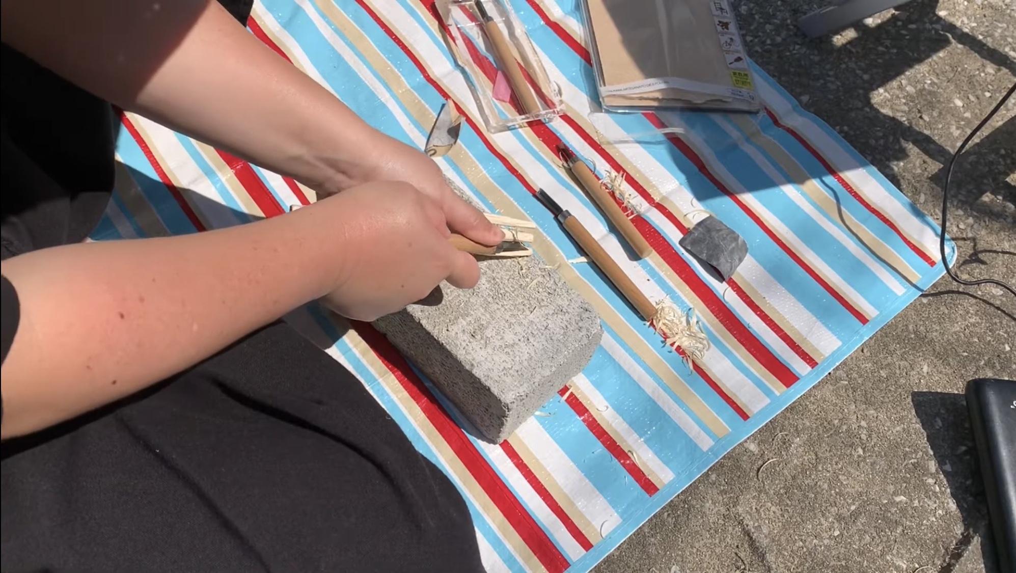 彫刻刀で先端を削る 平 おいて