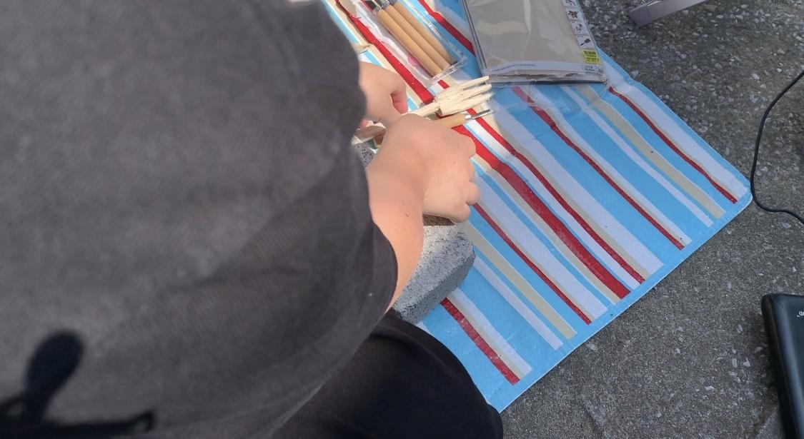 彫刻刀とフォークを持つ