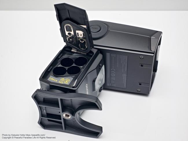 オリンパス エレクトロニックフラッシュ FL-900R 電池カバーを開けた