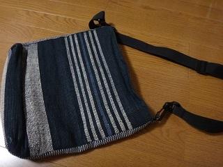 持ち手を付け替えた紙糸バッグ黒い面