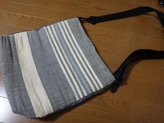 持ち手を付け替えた紙糸バッグ白い面