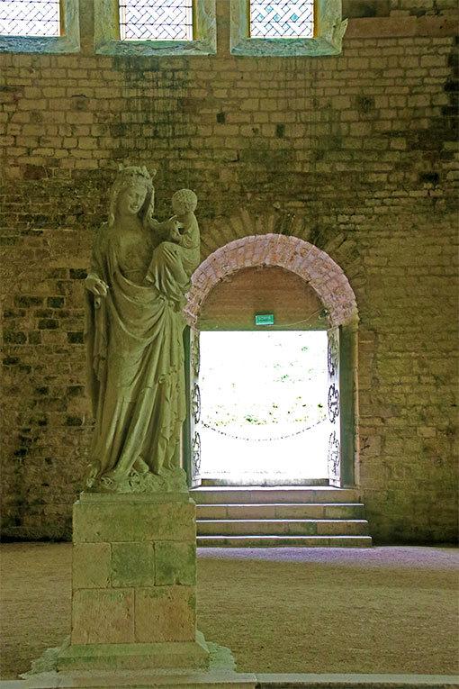 イエスを抱くマリア像 フォントネー修道院教会内