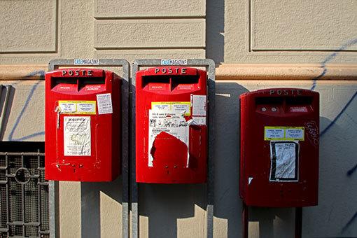 3つ並ぶミラノの郵便箱