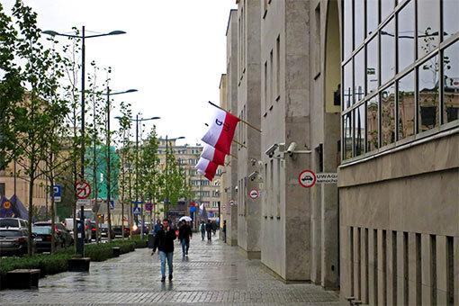 シフィエントクジスカ通り ポーランド国旗