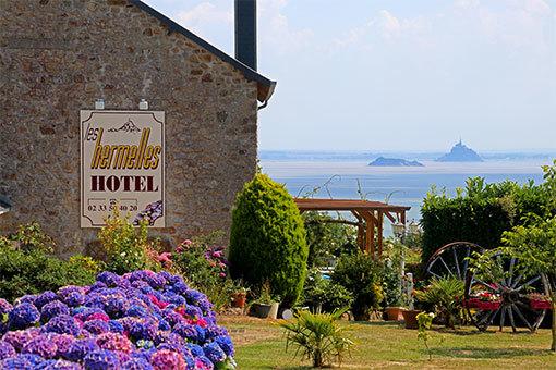 シャンポー村のホテルと海に浮かぶモンサンミシェルとトンブレーヌ